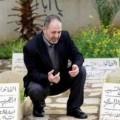 الشيخ بسام السعدي بين قبور ولديه واحبته الصورة الوحيدة التي التقطت له خلال تحرره الذي استمر 40 يوما