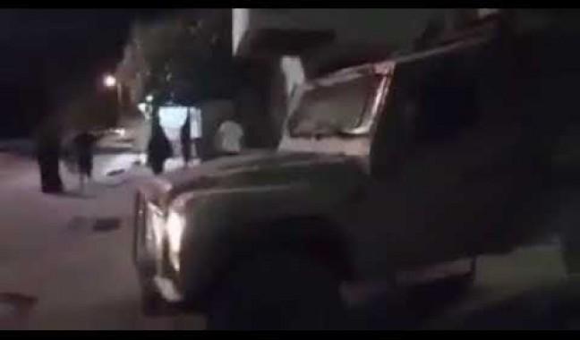 وحدها أمام آليات الاحتلال..سيدة فلسطينية تحاول تخليص نجلها من الاعتقال
