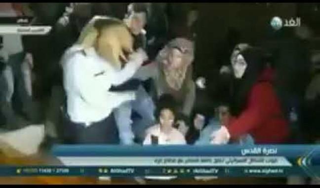 شاهد كيف ضربت سيدة مقدسية مجندة إسرائيلية بعد اعتدائها على فتاة صغيرة