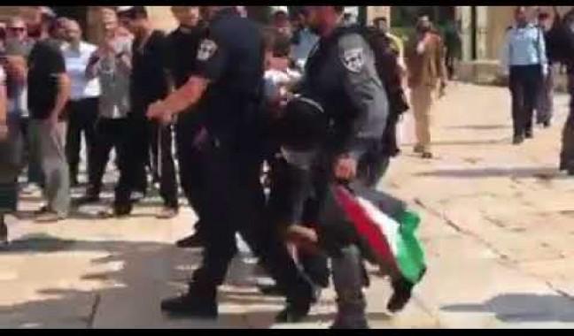 اعتقال طفل مقدسي من داخل المسجد الأقصى لرفعه العلم الفلسطيني