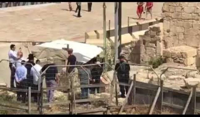 بالفيديو: الاحتلال ينقل الحجر الساقط من السور الغربي للأقصى