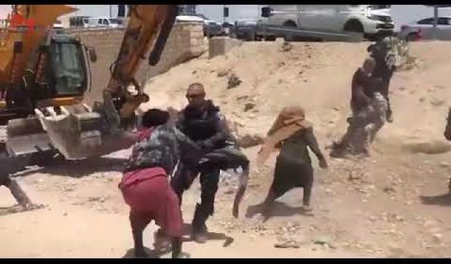 جنود الاحتلال يسحلون فلسطينية ويعتقلونها خلال دفاعها عن أرضها وبيتها و تصديها لجرافات الاحتلال التي تهدم الخان الأحمر.