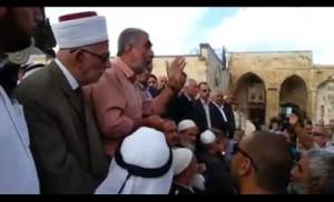 الشيخ كمال الخطيب يتحدى المحتلين بساحات الأقصى