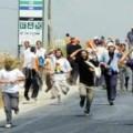 المستوطنون يعتدون على المواطنين وغلقون مدخل العيزرية