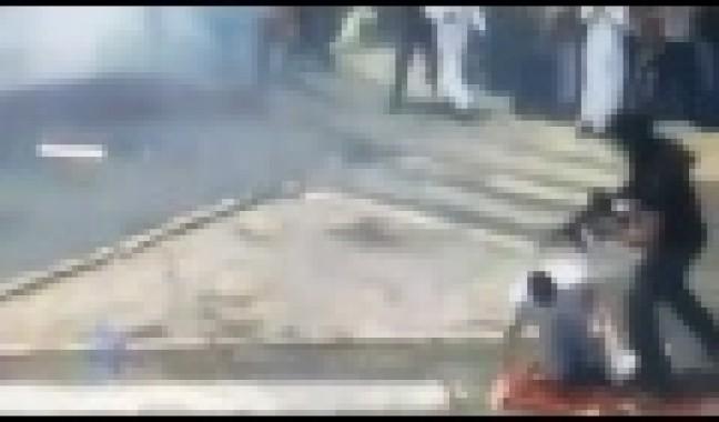 فيديو : يظهر جندي صهيوني يعتدي على أحد المصلين بالاقصي ظهر اليوم