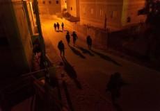 قوات الاحتلال تهدد ذوي مطارد جنوب جنين بتصفيته