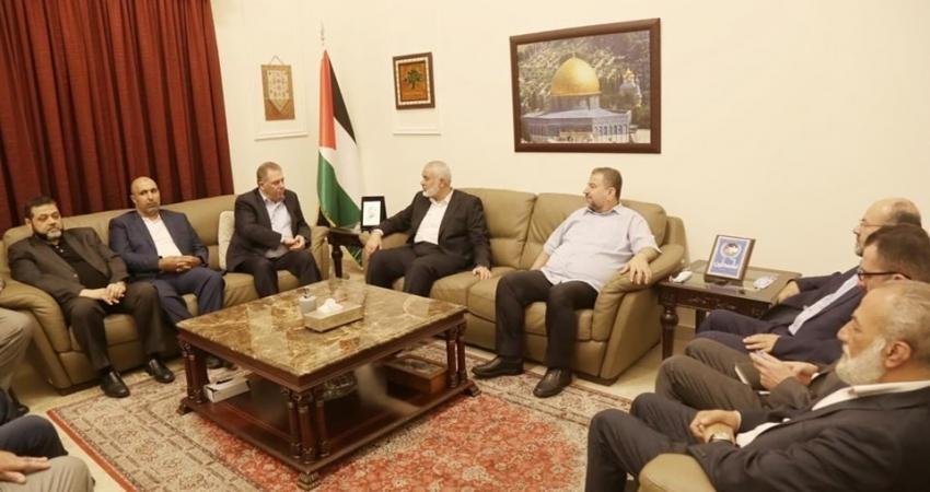 هنية يزور سفارة فلسطين في بيروت ويتلقى اتصالا من عباس